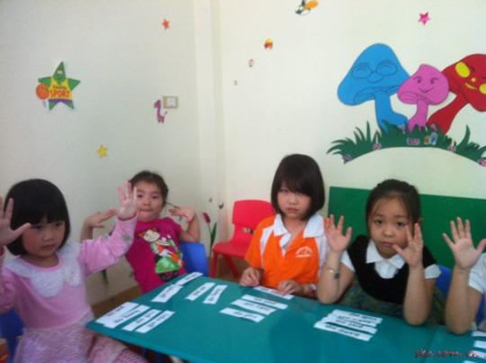 Câu lạc bộ tiếng Anh Smart Kids Centre các bé trên lớp