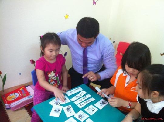Câu lạc bộ tiếng Anh Smart Kids Centre thầy cô cùng các bé